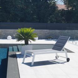 Bain de soleil XL en aluminium FORLI 202x75x43 cm - Avec Roues - Structure blanche avec toile matelassée grise